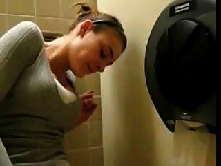 सार्वजनिक शौचालय में हस्तमैथुन