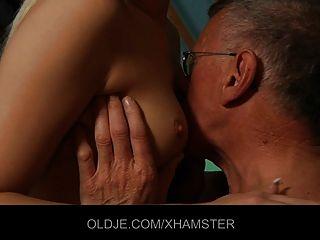 साहसी किशोर seduces शर्मीली पुराने आदमी