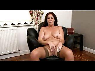 गलफुला श्यामला परिपक्व undresses और उसके शरीर से पता चलता है