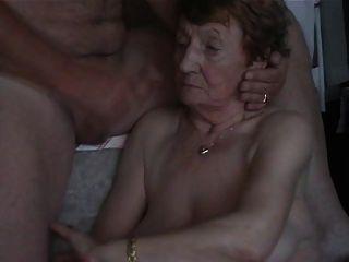 दादी के चेहरे पर