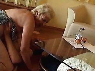 नानी फर्श पर कठिन shagged