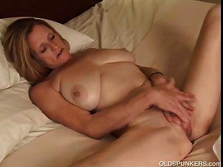 बड़े स्तन के साथ परिपक्व ट्रेलर कचरा शौकिया उसे साथ खेलता है