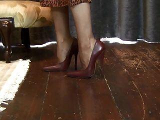 Saffy - गहरी ऊँची एड़ी के जूते में जा रहा है!