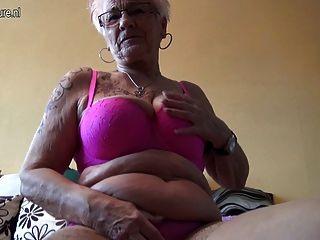 बहुत पुरानी जर्मन दादी और उसकी Saggy स्तन