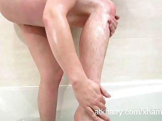 बालों जेना उसे बिल्ली गीला हो जाता है और masturbates