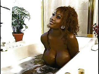 सींग का बड़ी काली स्तन बाथरूम धोने