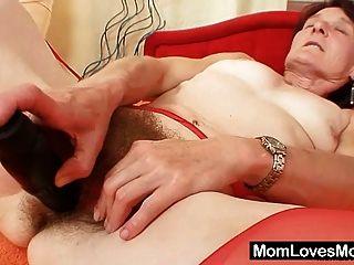 बदसूरत नानी Matylda फैलता है और खिलौने बालों बिल्ली