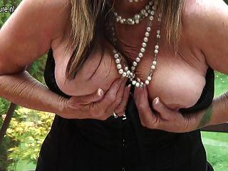पुराने शौकिया गृहिणी उसे भूख लगी योनी के साथ खेल रहा है
