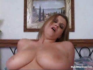 सुनहरे बालों वाली लड़की एक सह-2 के साथ उसके स्तन खेलना