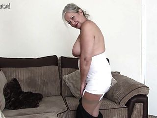 परिपक्व ब्रिटिश दादी से पता चलता है कि वह अभी भी पास क्या यह लेता