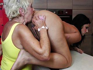 2 दादी के साथ पुराने और युवा समूह सेक्स