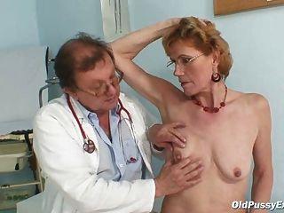 उत्तम दर्जे बूढ़ी औरत mila gyno क्लिनिक परीक्षा की जरूरत