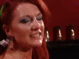 तेजस्वी लाल बालों के साथ काले मोज़ा में परिपक्व फूहड़