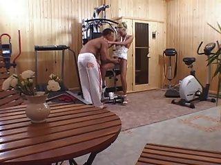 कसरत के बाद घर में जिम में कमबख्त एक गोरा