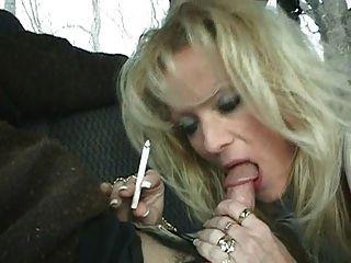 गर्म गोरा milf Staci धूम्रपान बी.जे.