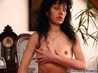 Saggy स्तन और बालों बिल्ली के साथ बूढ़ी औरत