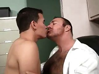 चीनी पिताजी भालू और उसके प्रेमी लड़का