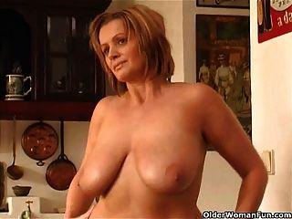 बड़े स्तन के साथ चंकी परिपक्व महिला