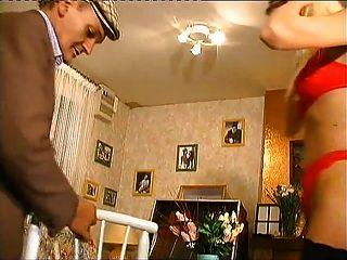 उने jeunette गोरा रों exhibe devant Papy