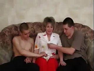 परिपक्व दो लड़कों के साथ आनंद रूस