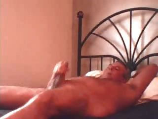 पिता बिस्तर में बंद धड़कता है