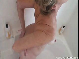 भव्य नानी अच्छा है और गीला और स्नान में साबुन हो जाता है