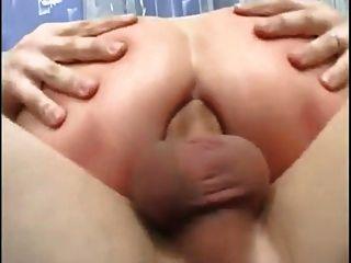 छोटे saggy स्तन और 2 लड़के के साथ परिपक्व माँ