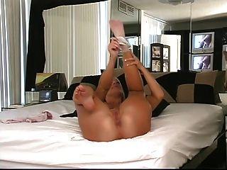 गोरा उसे गोल गधा दिखाने के लिए बिस्तर में उसके घुटनों पर हो जाता है