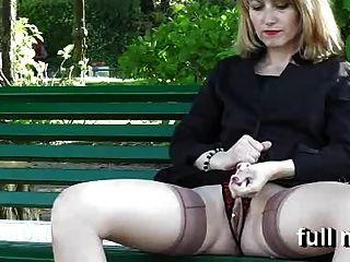 naomi1 एक सार्वजनिक पार्क में masturbates