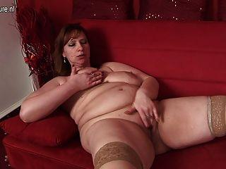 बड़ी माँ उसे सोफे पर गीला पाने के लिए प्यार करता है