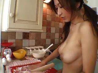 रसोई घर में है सेक्सी महिला