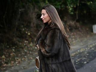 दिखावटी: Luxe फर कोट और विंटेज Garterbelt के तहत नग्न