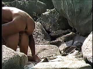 समुद्र तट पर एमेच्योर युगल doggystyle