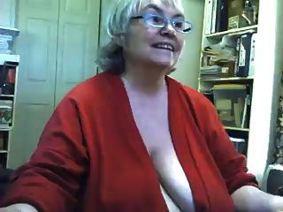 वसा saggy दादी स्ट्रिप्स और वेब कैमरा पर masturbates
