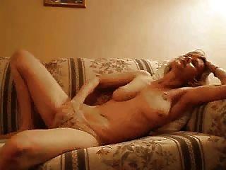 एमआईएलए पैंटी में हाथ के साथ masturbates