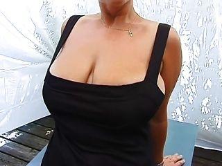 शौकिया milf उसे भारी स्तन से पता चलता