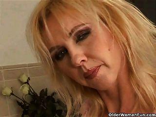 बड़े स्तन बाथरूम में dildoing के साथ सुडौल बूढ़ी औरत