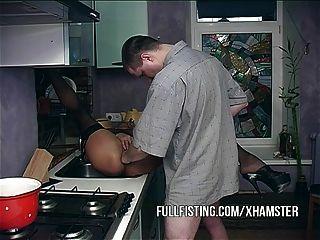 पत्नी अत्यंत कामुक Fisted प्राप्त करना चाहते हैं