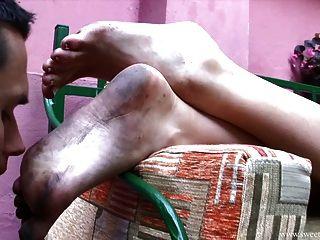 अच्छी औरत से गंदे पैर चाट