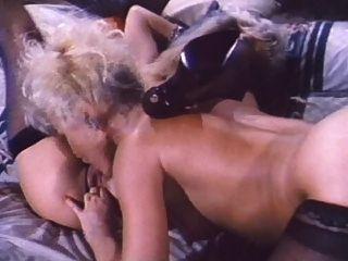 डेनिएल मार्टिन और एम्बर लिन समलैंगिक दृश्य