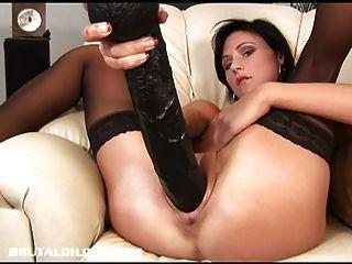 पाओला उसकी एक विशाल dildo के साथ छीन भरता है