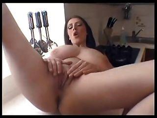 बड़े स्तन milf रसोई काउंटर पर masturbates