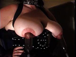 काला कोर्सेट और नायलॉन मोजा में बड़े स्तन के साथ गुलाम