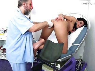 डेमियन स्त्री रोग विशेषज्ञ द्वारा परीक्षा gyno