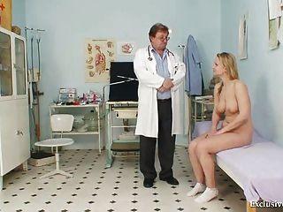 Zaneta उसे बिल्ली gyno वीक्षक पुराने चिकित्सक द्वारा जांच की गई