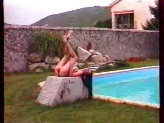 स्विमिंग पूल में जोसफिन