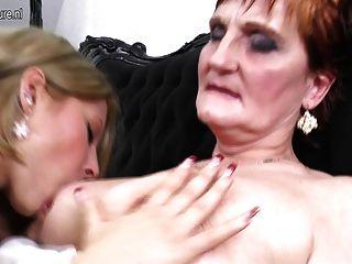 दादी जवान लड़की को पढ़ाने के लिए एक समलैंगिक प्रेम