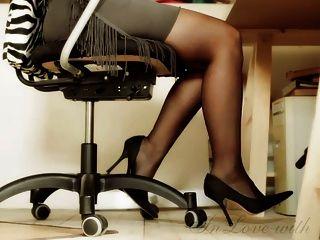 लंबे पैर और पैर और ऊँची एड़ी के कार्यालय लड़की