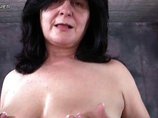 उसके स्तन और बिल्ली के साथ खेल रहा है मोटा माँ