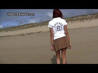 न्यडिस्ट किशोर समुद्र तट पर चमकती